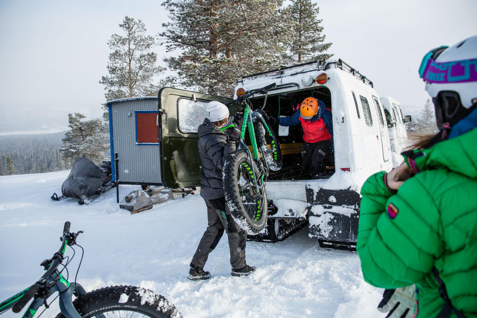 Loading fatbikes onto snow-trac