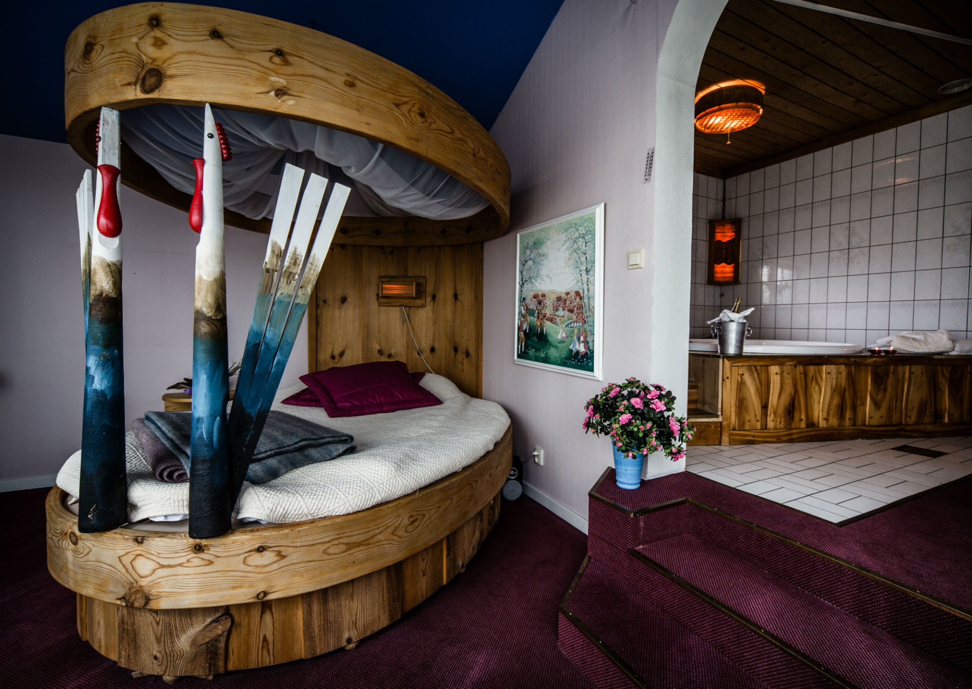 Persåsen wedding suite eggshaped bed