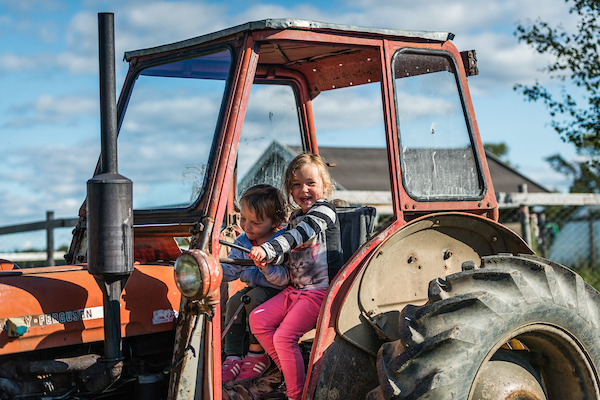 Barn i traktor skördefest Johannes Poignant