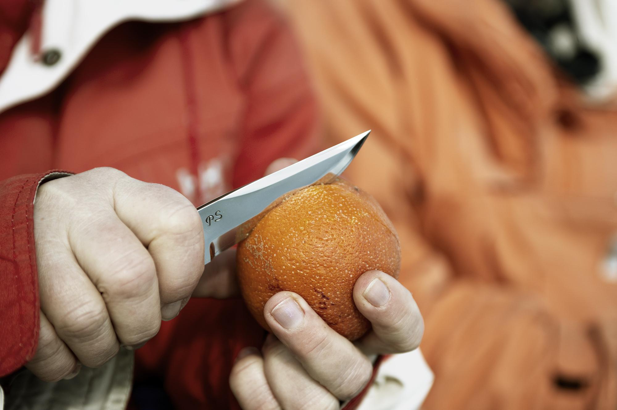 Skala en apelsin på vintern. Foto: Martin Söderqvist
